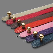 Fermoir boule en or jaune 750 millièmes des bracelets cuir de la collection de bijoux pour enfants MIKADO.